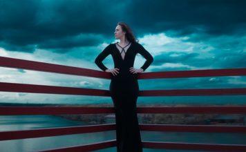 черна рокля с дълъг ръкав